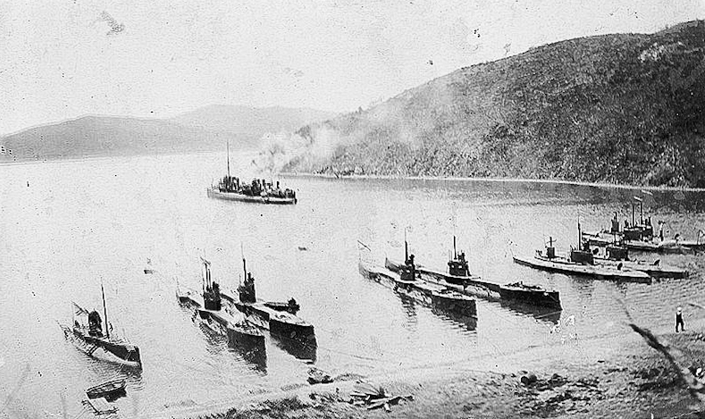 Фото к исторической хронике_База подводных лодок в бухте Улисс