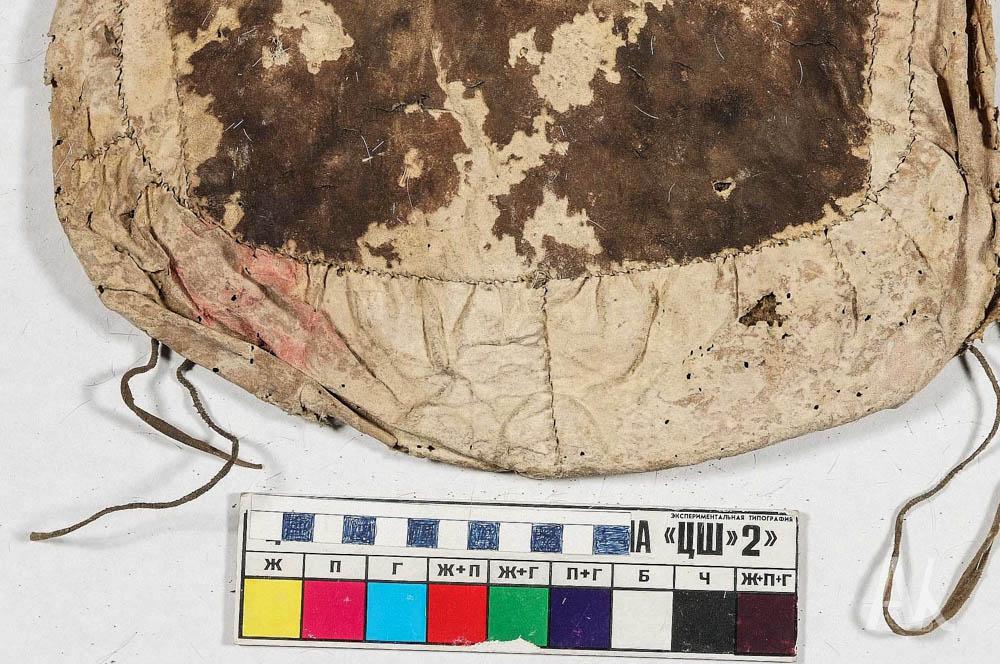Илл. 4. Фрагмент сумки МПК 1093-3 с пятном до реставрации   до