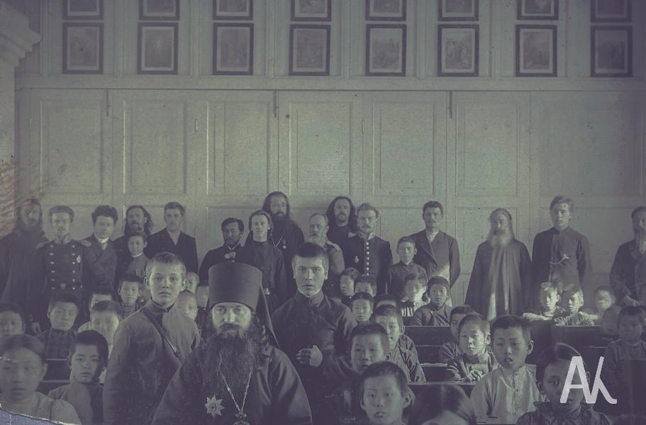 Открывались во Владивостоке и церковно-приходские школы, одноклассные (2-х годичные) и двухклассные (4-х годичные). В начале XX в. они стали 3-х и 5-и годичными. В одноклассных ЦПШ преподавали Закон Божий, церковное пение, чтение, церковные и гражданские печати, письмо, арифметика; в двухклассных, кроме этого, давались сведения из истории
