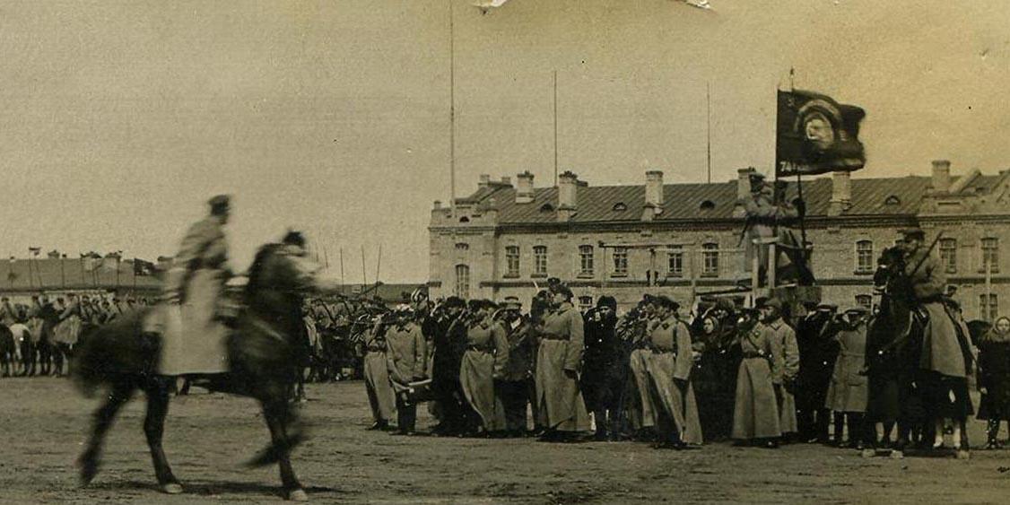 Конфликт на КВЖД. К.К. Рокоссовский вручает красное знамя 75-му кавалерийскому полку. 1929 год.