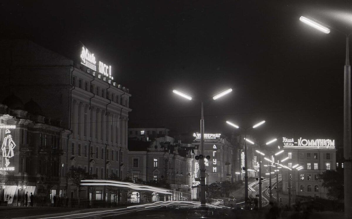 Огни Владивостока. Улица Ленинская (Светланская) ночью. 1965 год.