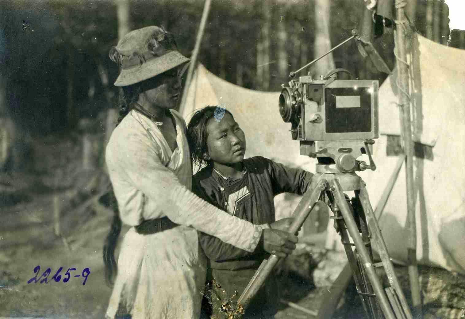 Удэгейские дети около киноаппарата_Автор Мершин П.М. 1928 г.