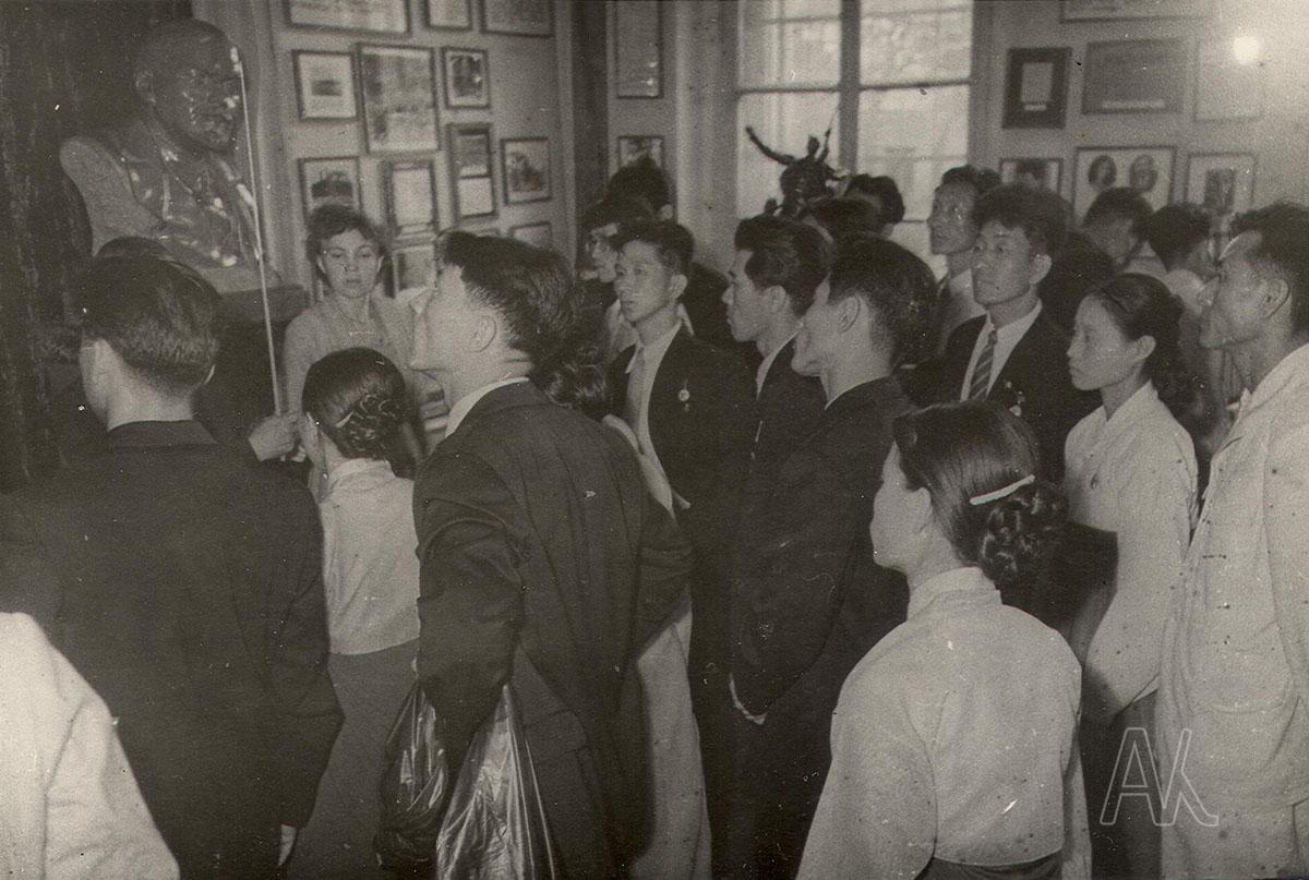 Октябрь 1961. Корейская молодежная группа в зале гражданской войны