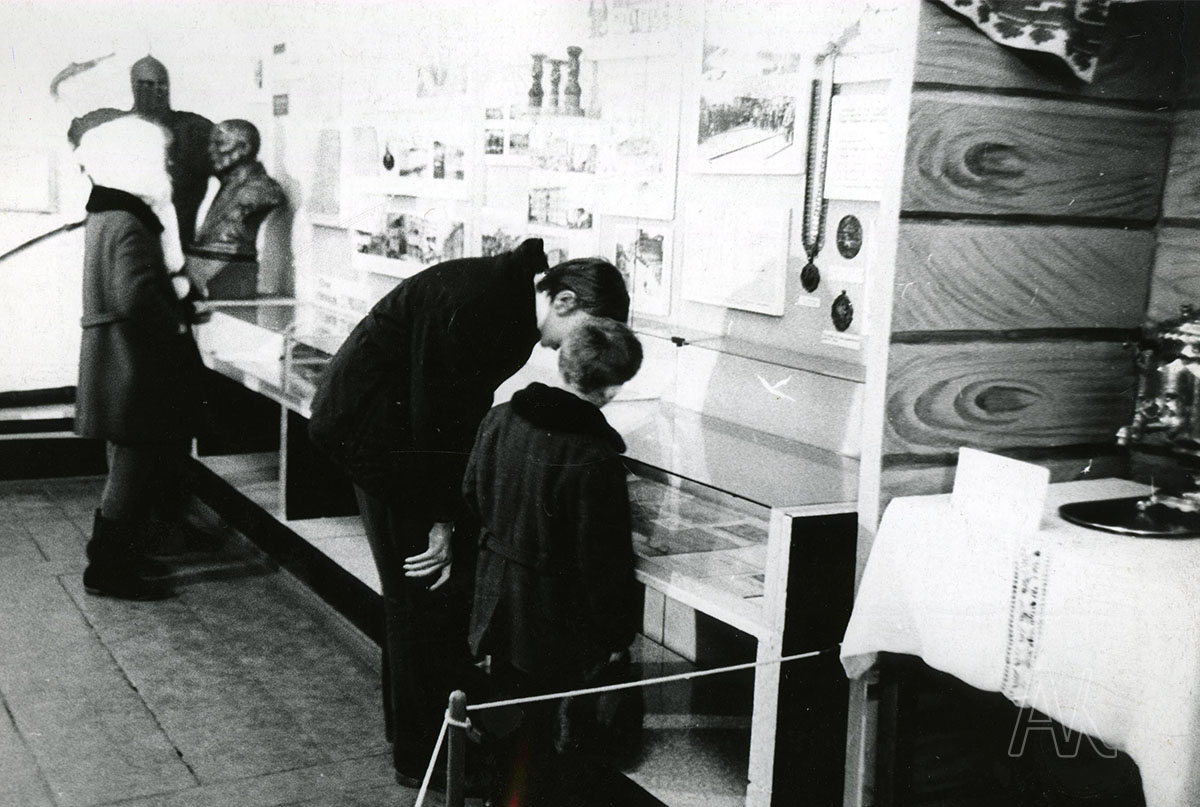 Январь 1974 года. На выставке, посвящённой 125-летию со дня рождения С.О. Макарова в музее им. В.К. Арсеньева. Фотограф: Р.Б. Самарин