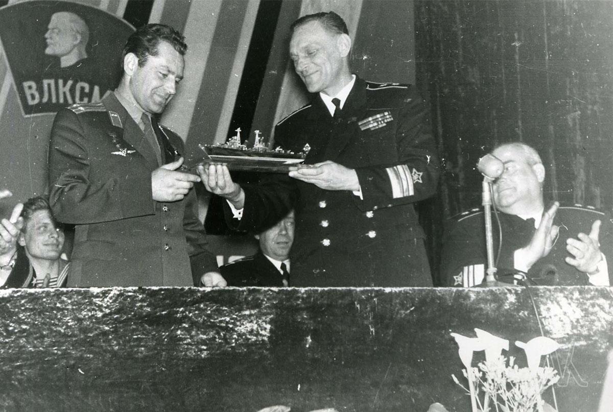 Командующий Тихоокеанским флотом вице-адмирал Николай Николаевич Амелько и космонавт Г.С. Титов. 1964 год
