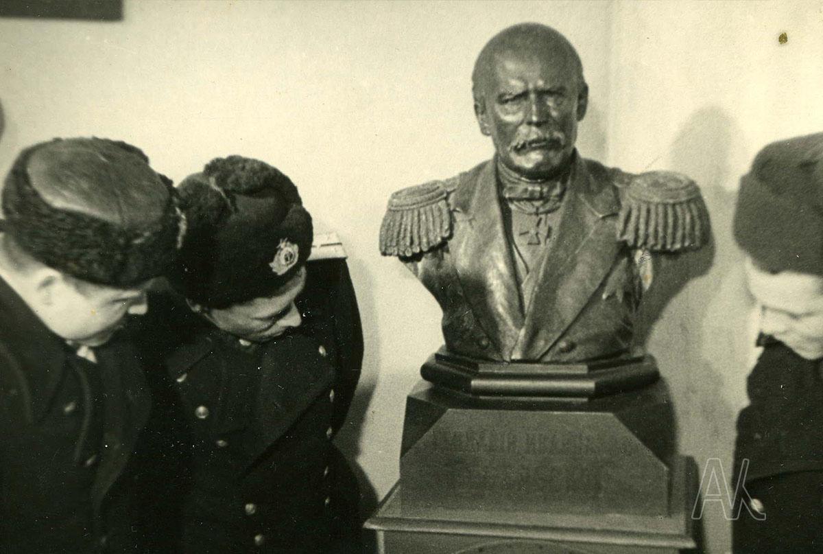 Бюст Г.И. Невельского в историческом отделе музея им. В.К. Арсеньева.