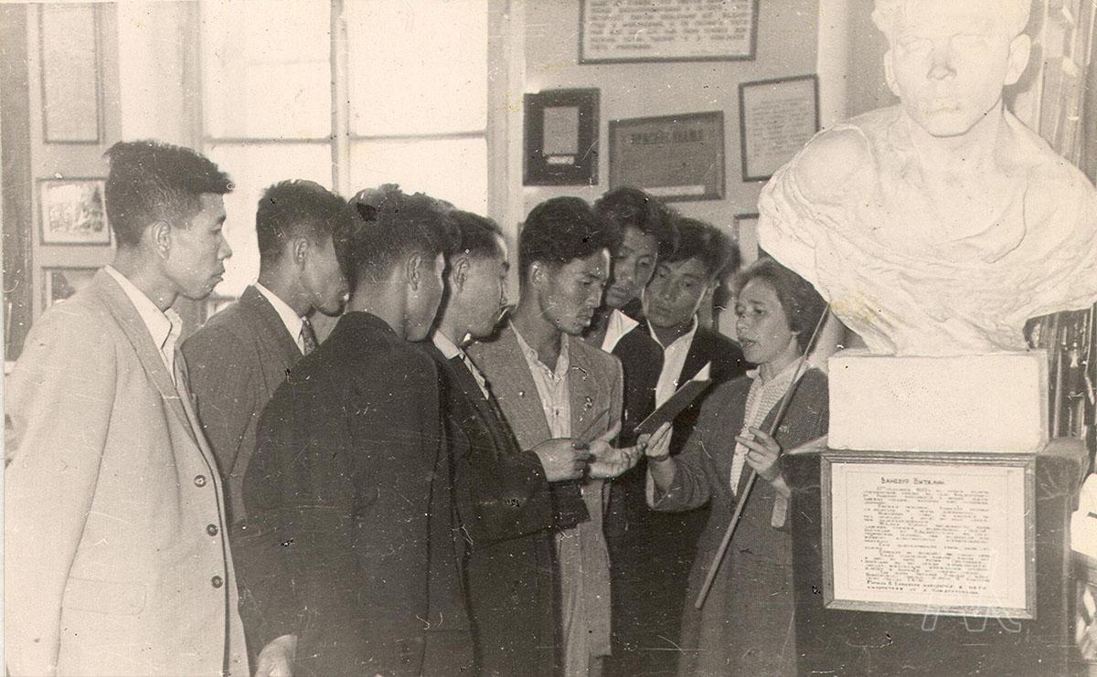 20.07.1960. Корейская делегация провинции Северный Хамген КНДР в музее