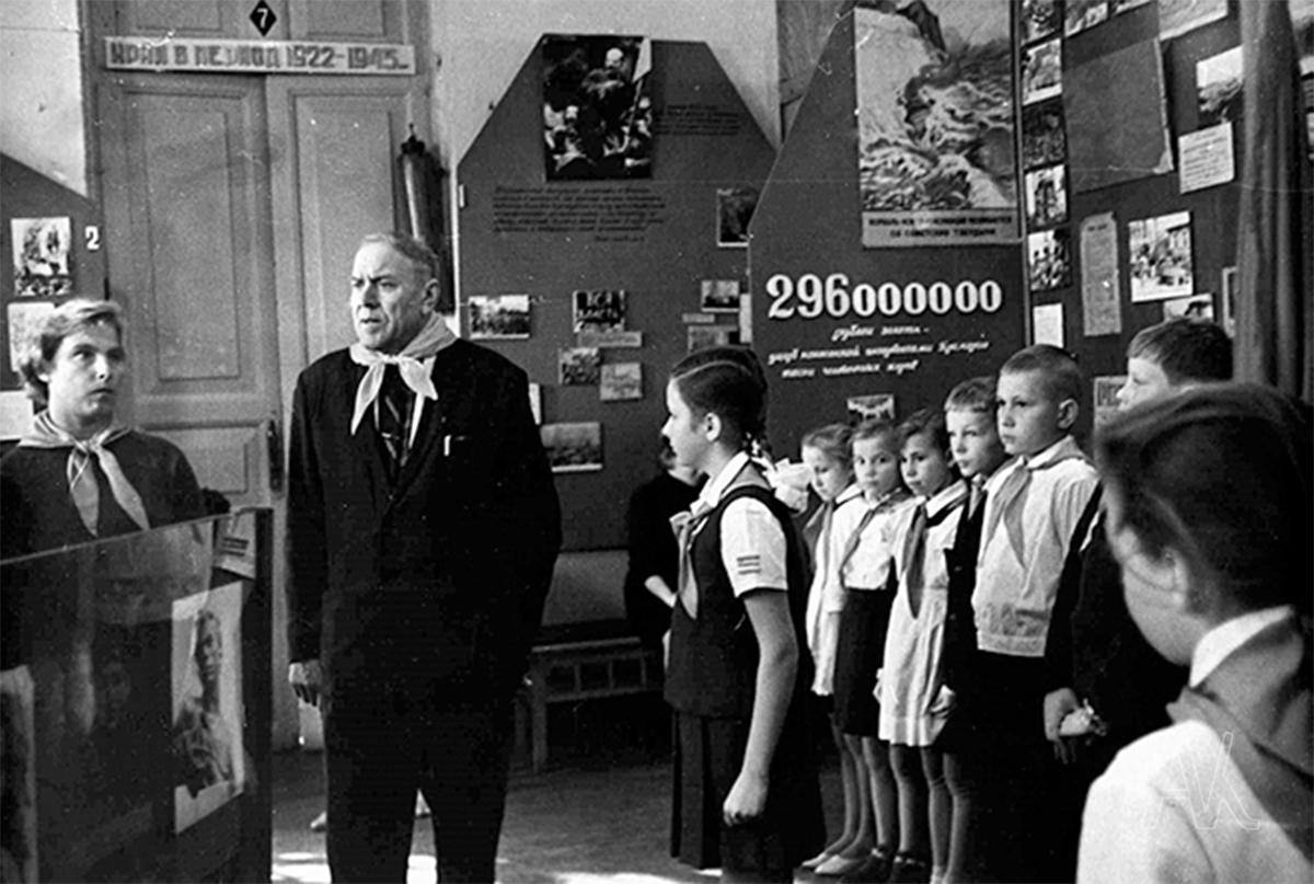 Учащиеся Владивостока во время пионерского сбора в зале гражданской войны музея имени В.К. Арсеньева