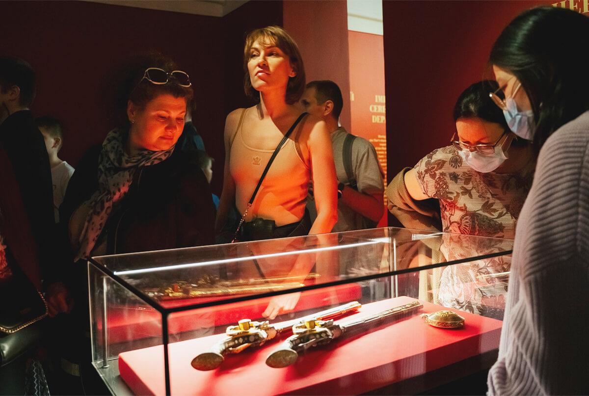 12:00, 14:00, 17:00 — Тематическая экскурсия по выставке«Романовы. От царя до императора. Из собрания Музеев Московского Кремля», 12+