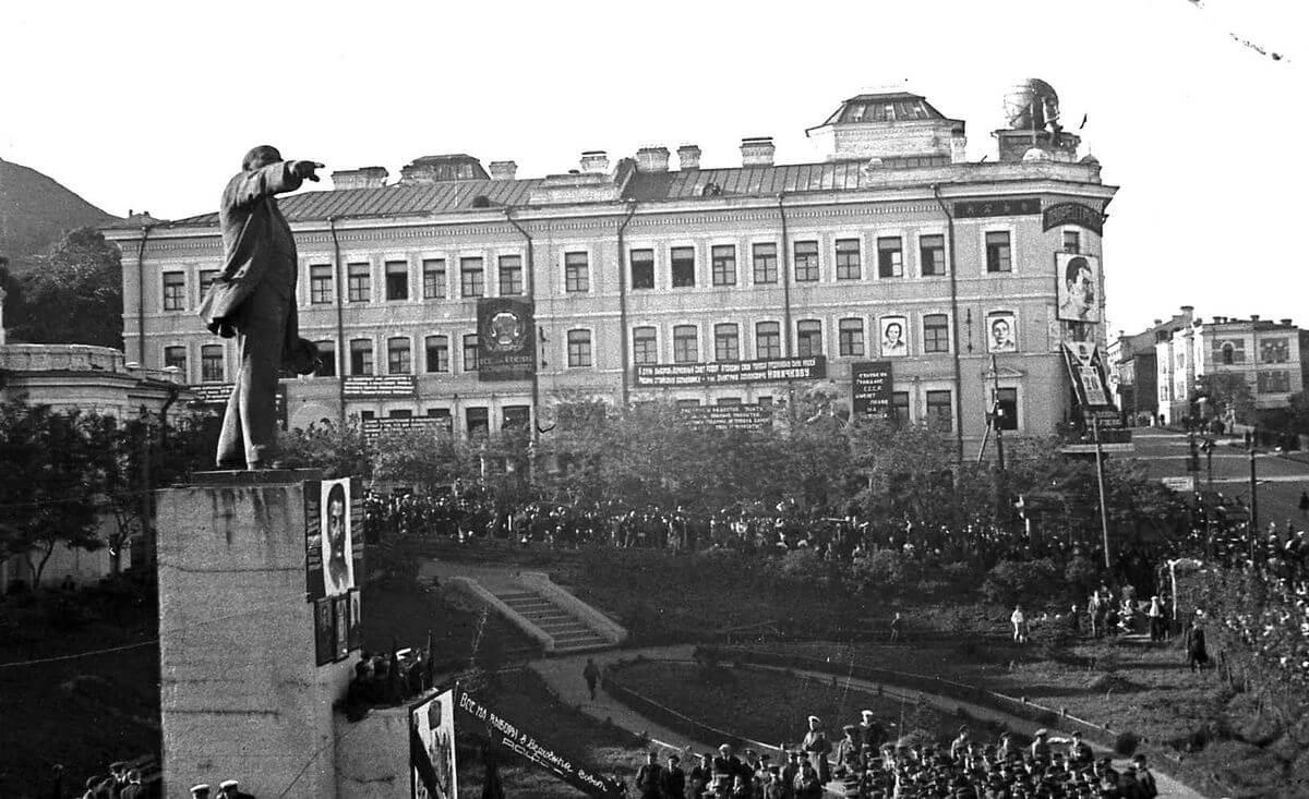 Выборы в Верховный Совет РСФСР в Приморском крае. Общегородской митинг трудящихся Владивостока на вокзальной площади. 26 июня 1938 год.