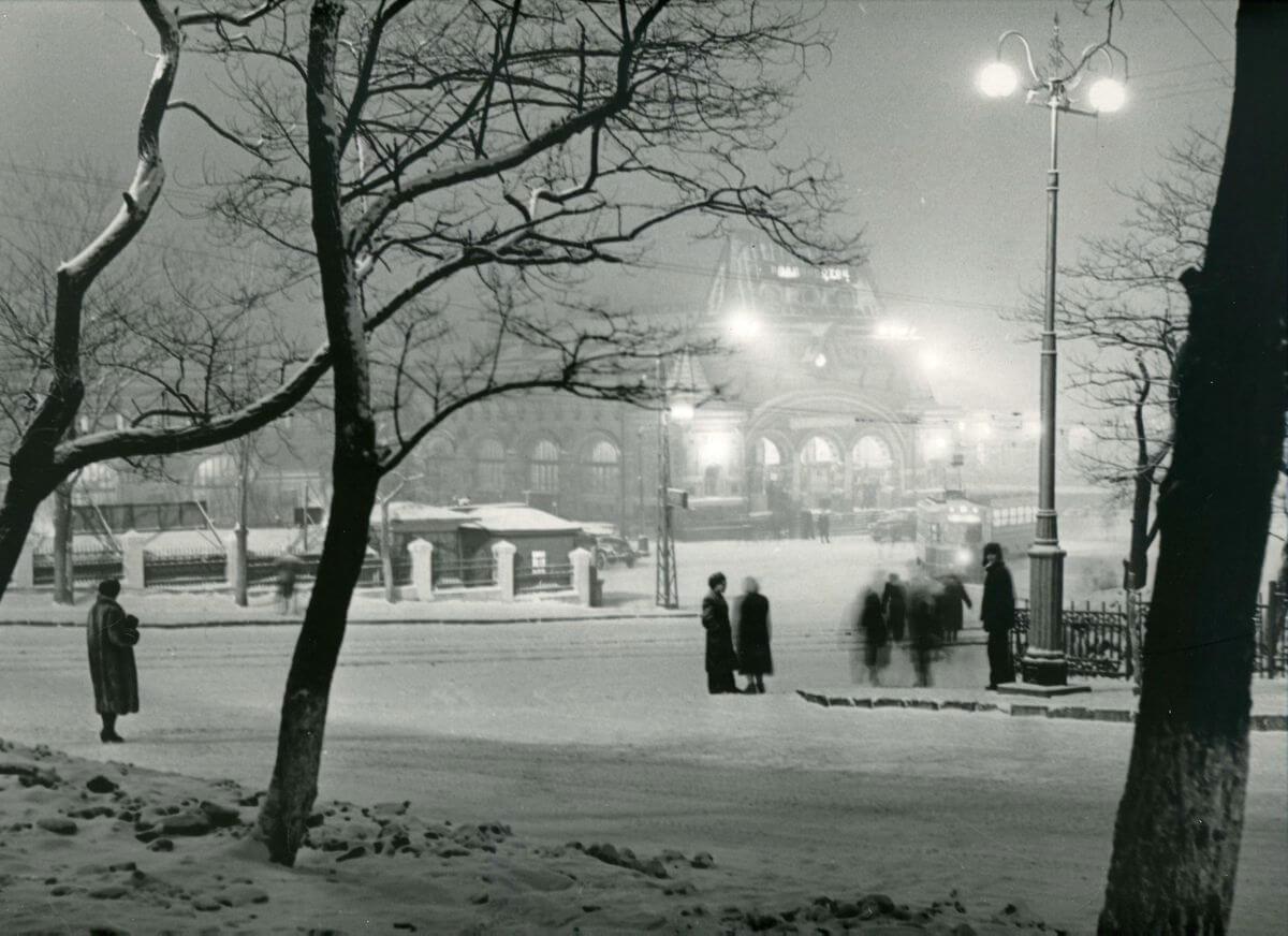 Зимний вечер. Железнодорожный вокзал. 1950-е годы.