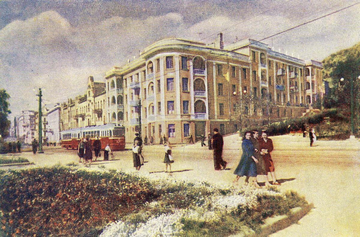 Открытка. Угол улиц Ленинской (Светланской) и Пушкинской. 1957 год.