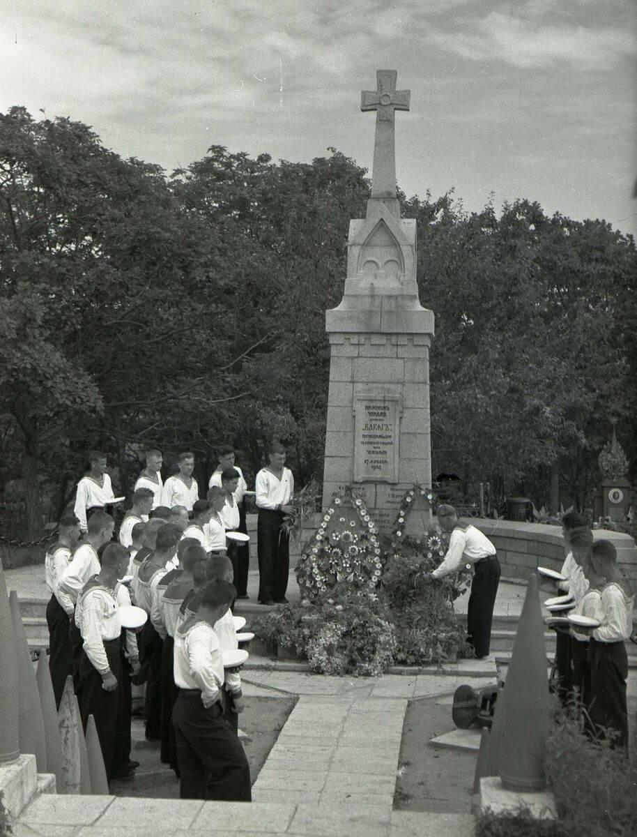 Возложение венков к памятнику нижним чинам крейсера «Варяг» на Морском кладбище. 1950-е годы.