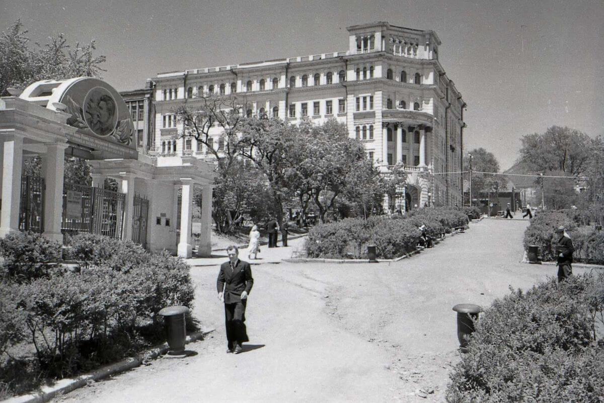 Улица 1-го Мая (Петра Великого). 1953 год.