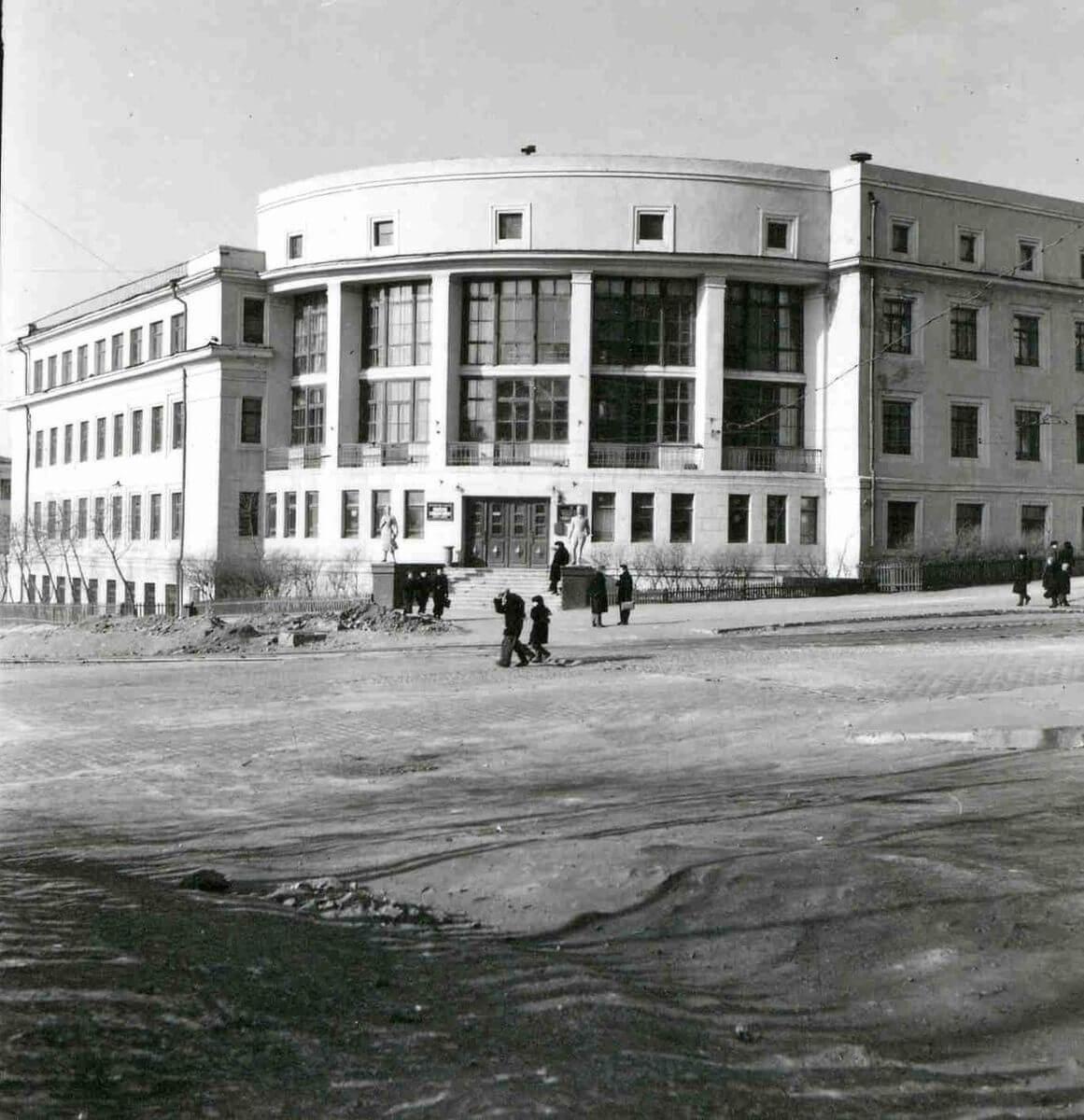 Океанский проспект. Здание биологического факультета ДВГУ. 1950-е годы.