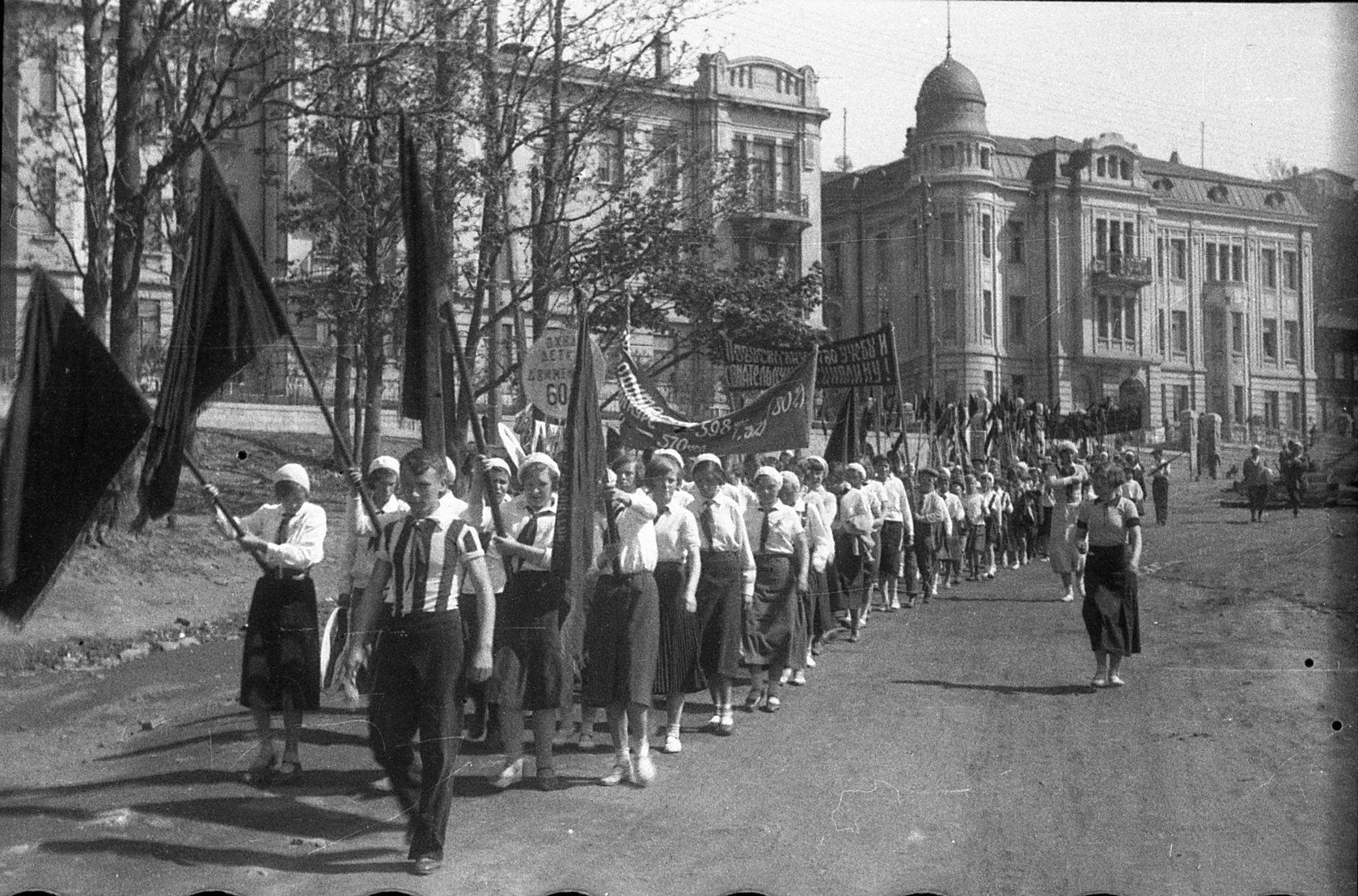Улица Пушкинская. Спортивный праздник в школе № 9 в честь окончания учебного года. 1935 год.