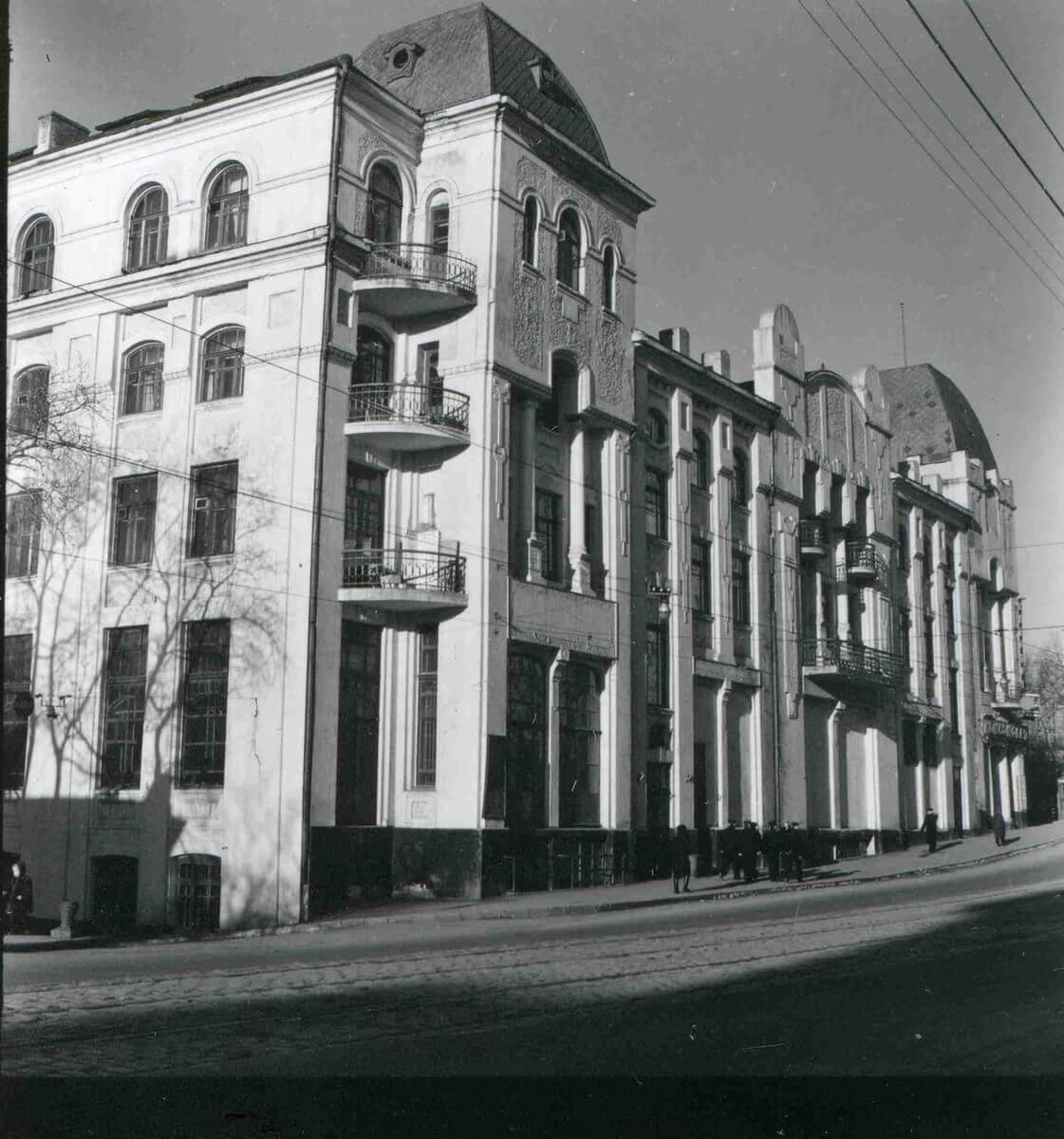 Улица Ленинская (Светланская). Здание Президиума ДВО РАН. 1950-е годы.