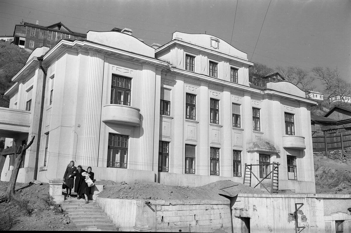 Здание родильного дома № 1 на улице Пушкинская, 47. 1956 год.