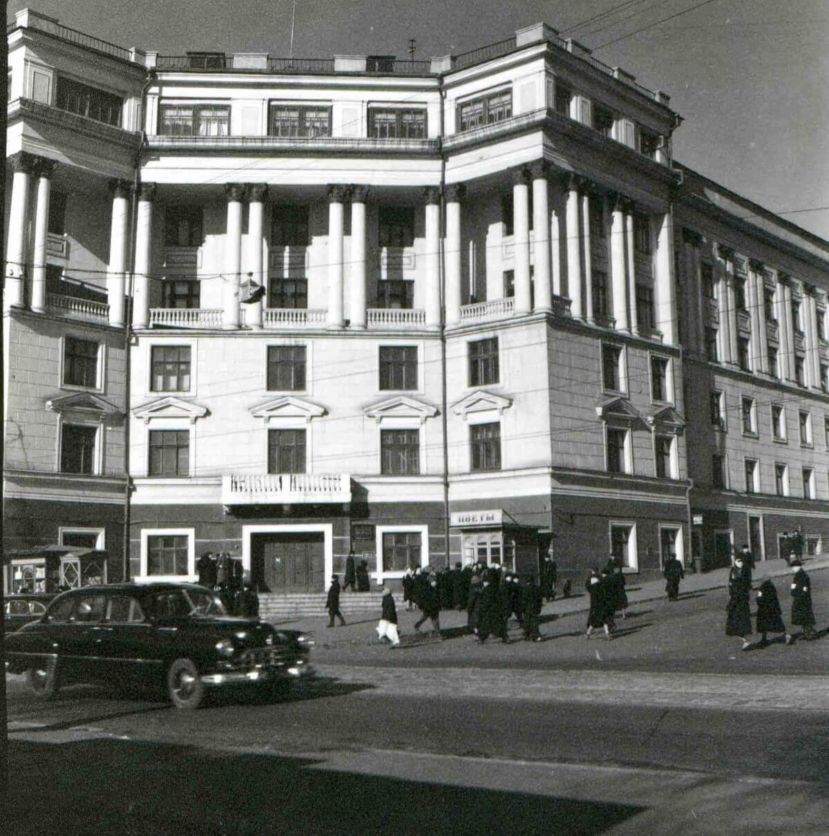 Здание Дальрыбвтуза на пересечении улицы Ленинская (Светланская) и Океанского проспекта. 1950-е годы.