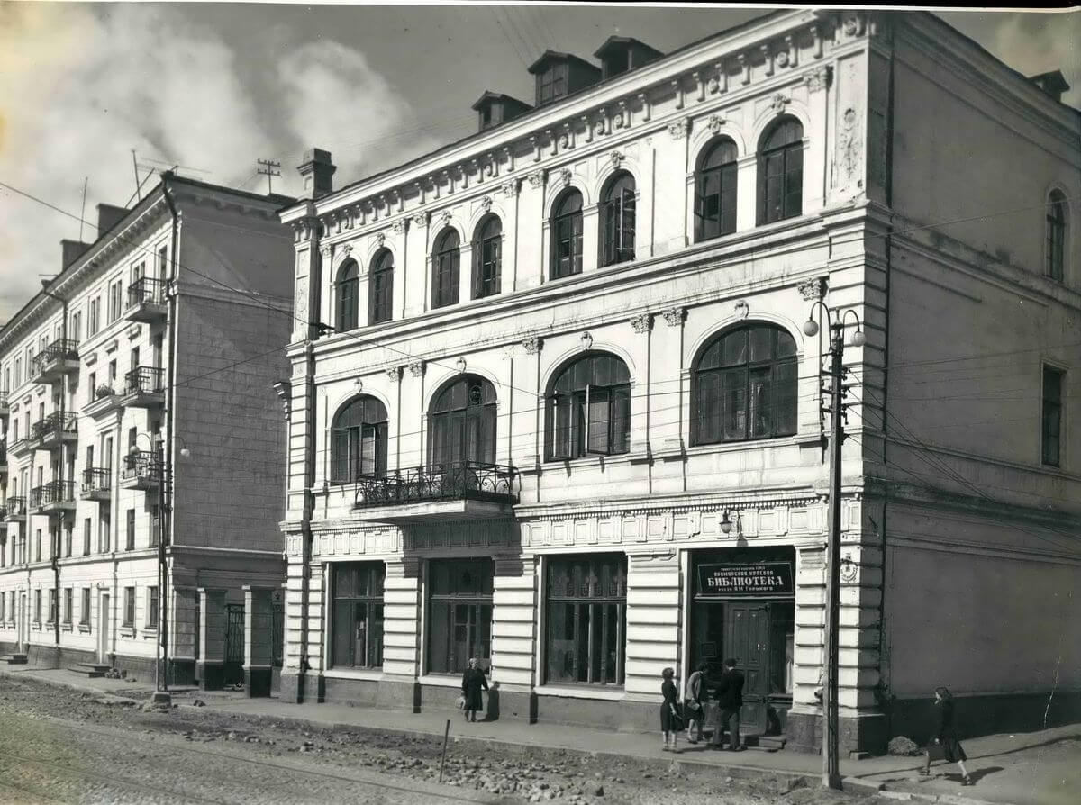 Здание библиотеки имени А.М. Горького на улице Ленинская (Светланская). 1957 год.
