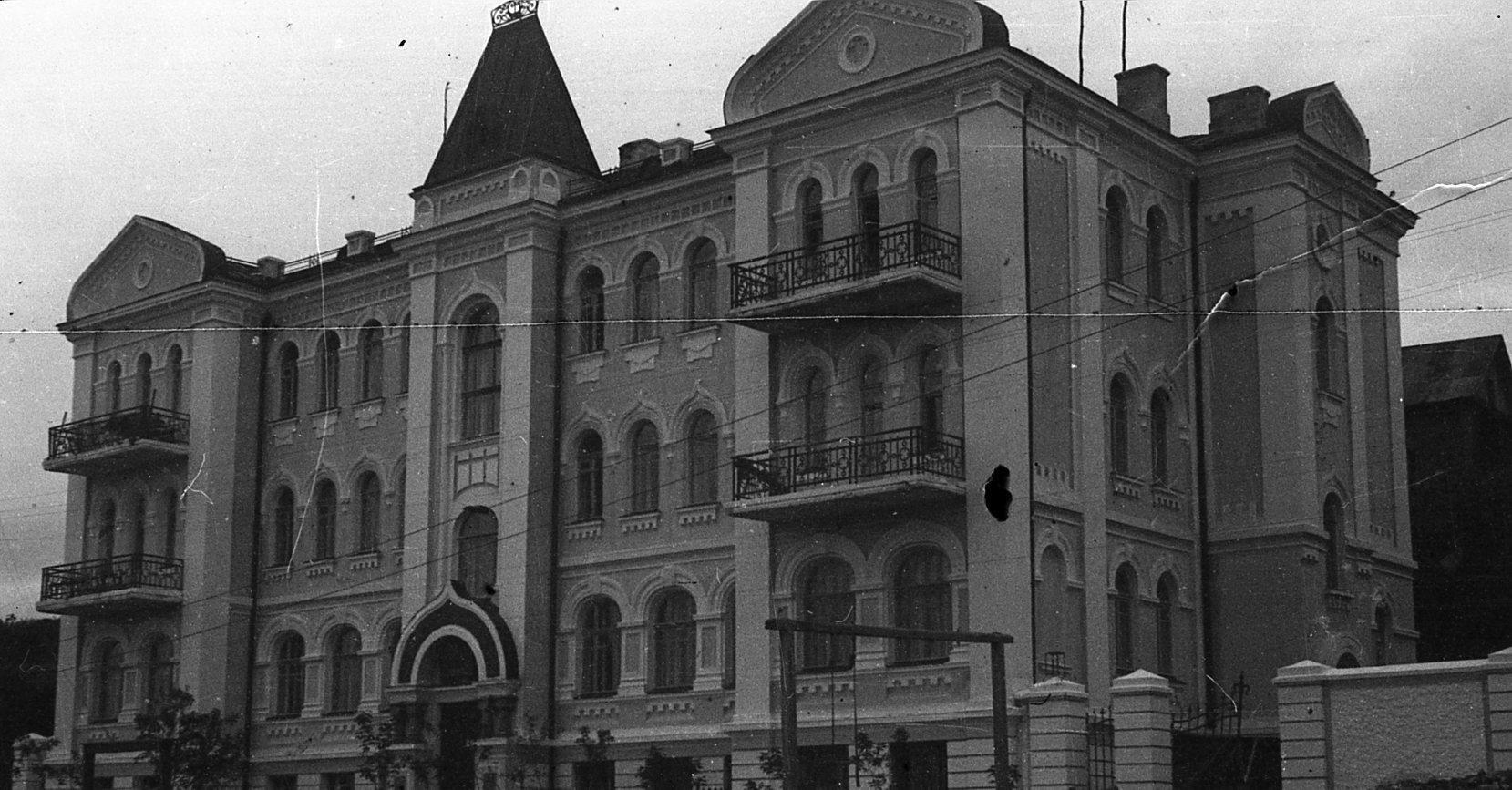 Школа №19 по улице Менжинского (Пологая). В настоящее время — Владивостокская епархия Русской Православной Церкви. 1935 год.