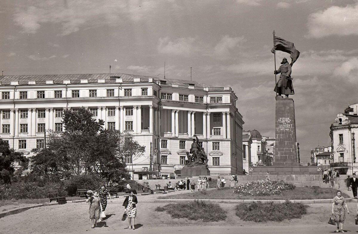 Памятник Борцам за власть Советов на Дальнем Востоке. 1962 год.