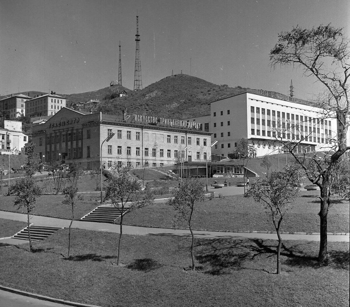 Телецентр и Дом радио. Вид со стороны сквера К. Суханова. 1966 год.