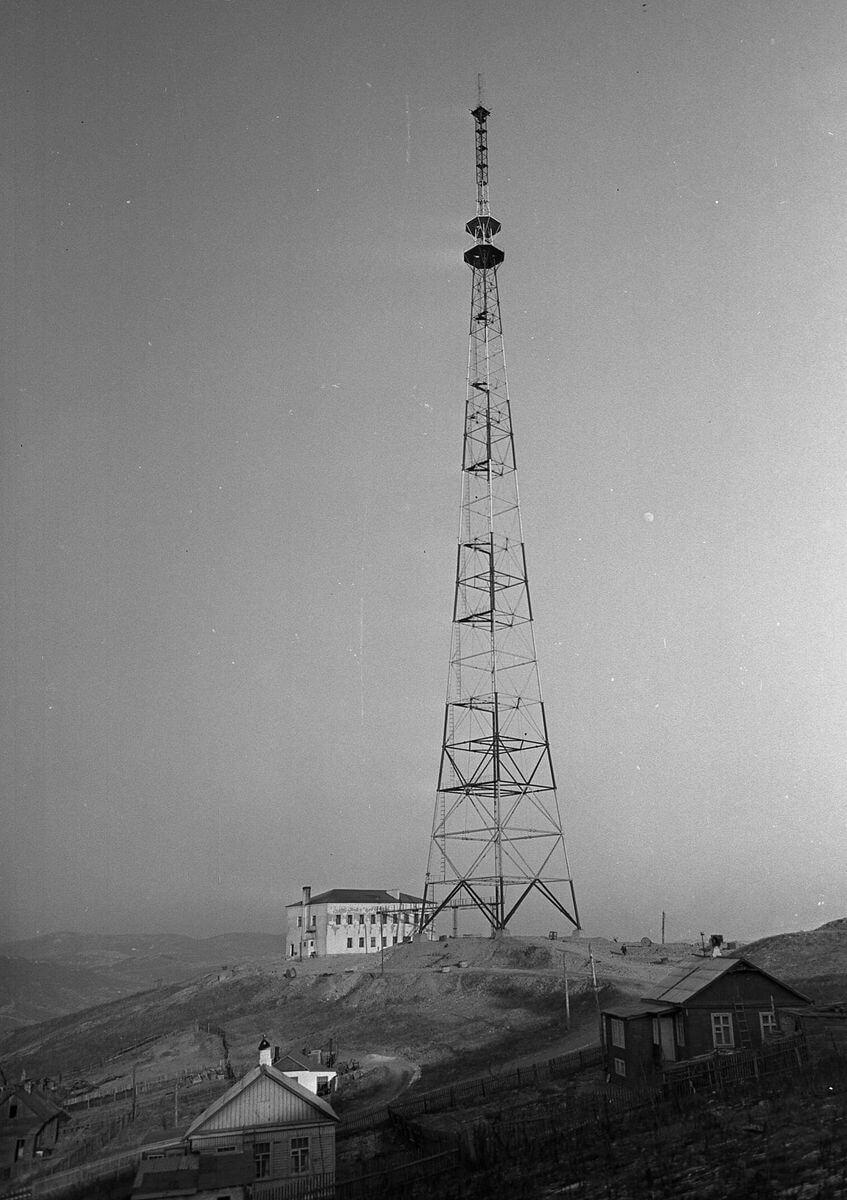 Новая телевизионная мачта высотой 192 метров на горе Орлиное гнездо. 1960-е годы.