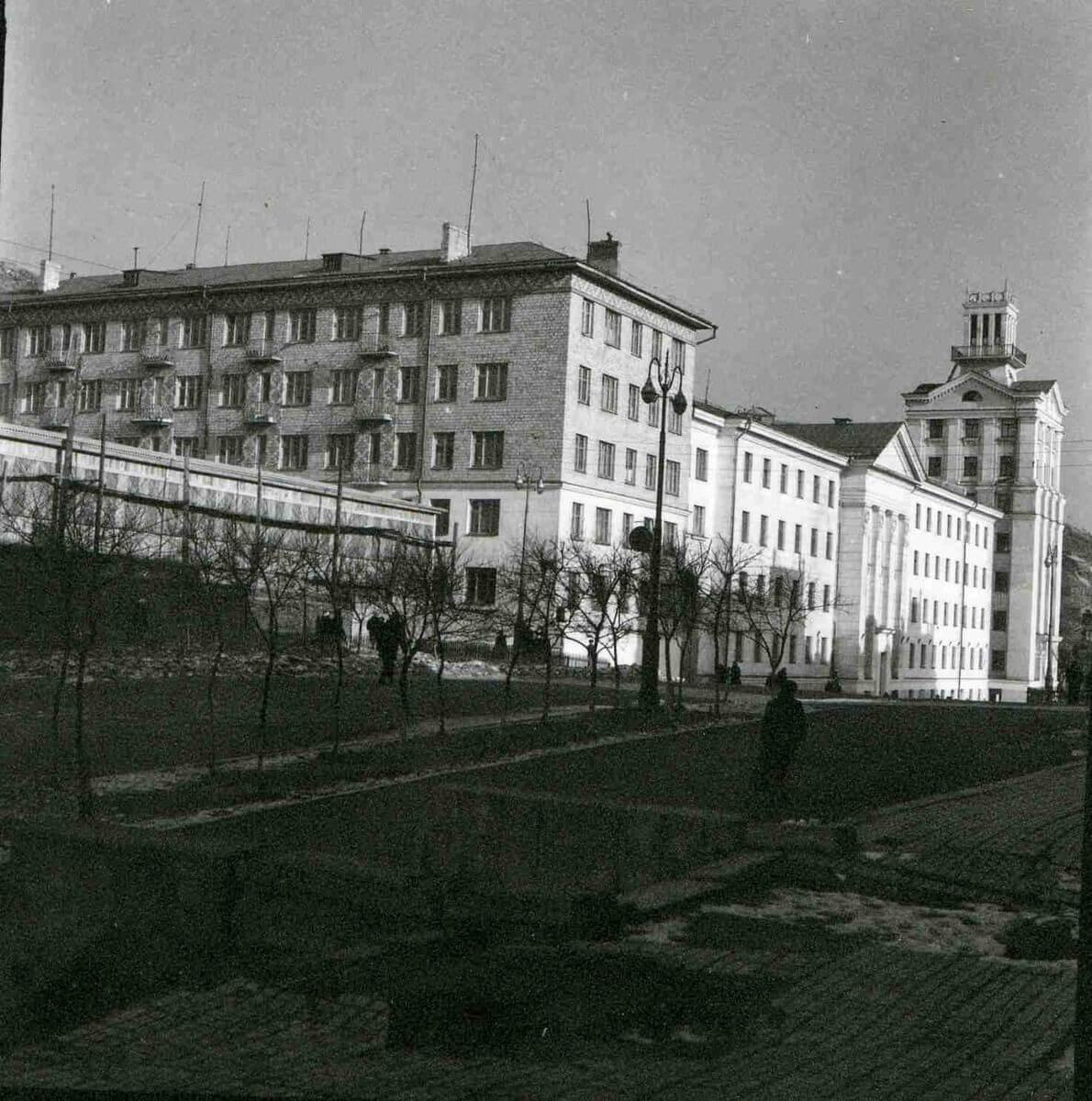 Здание Совнархоза на улице Суханова. 1960-е годы.