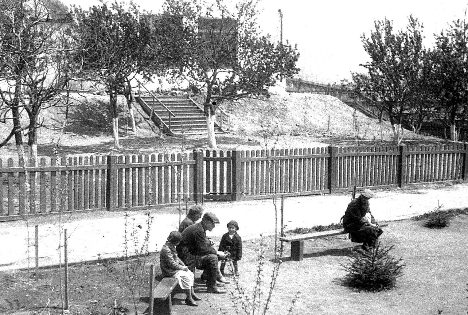 Дворик. 1935 год.