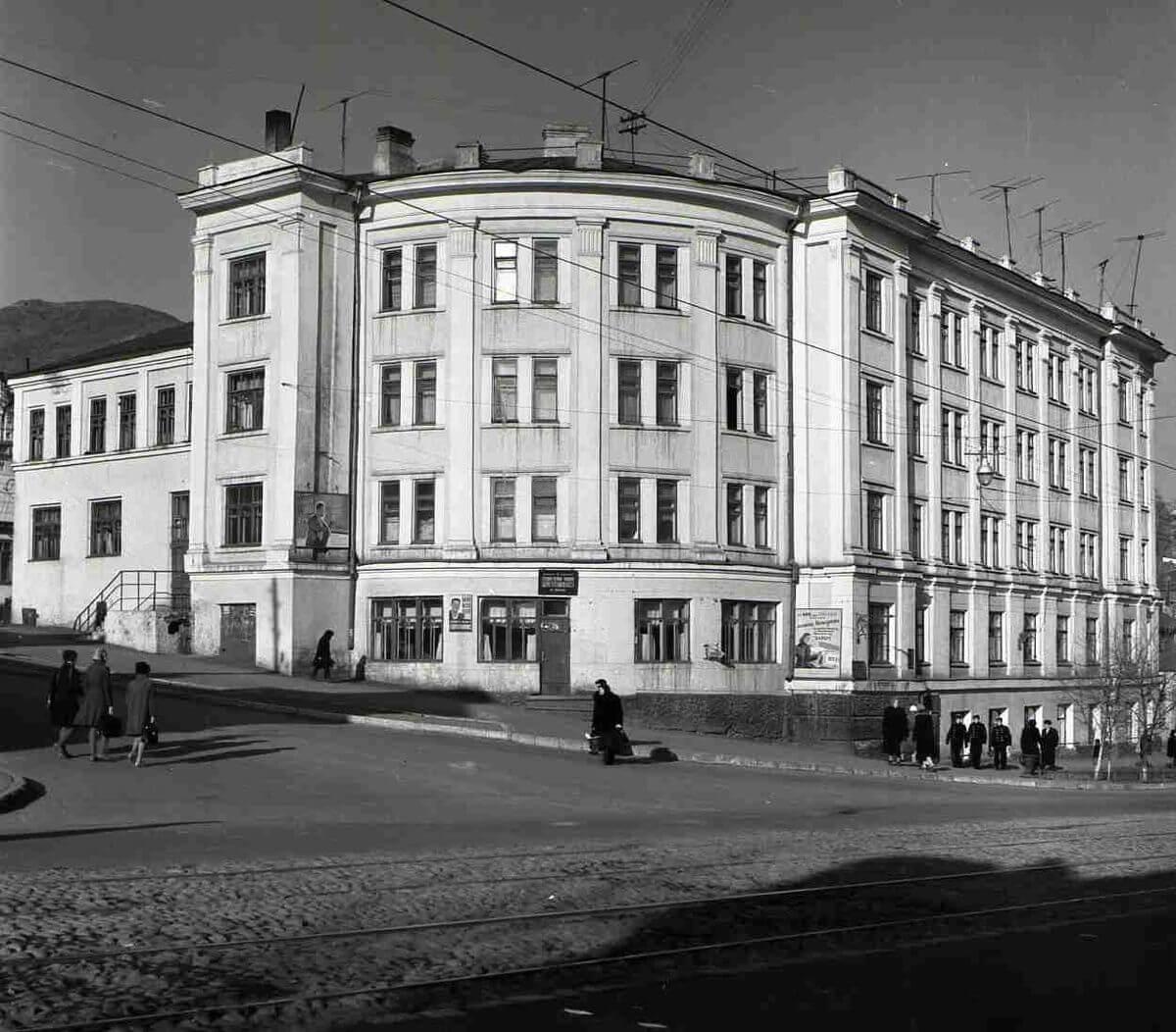 Угол улиц Ленинская (Светланская) и Авангардная (Капитана Шефнера) 1960 год.