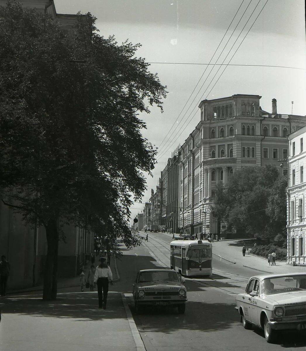 Улица Ленинская. Вид на здание Крайкома КПСС. 1972 год.
