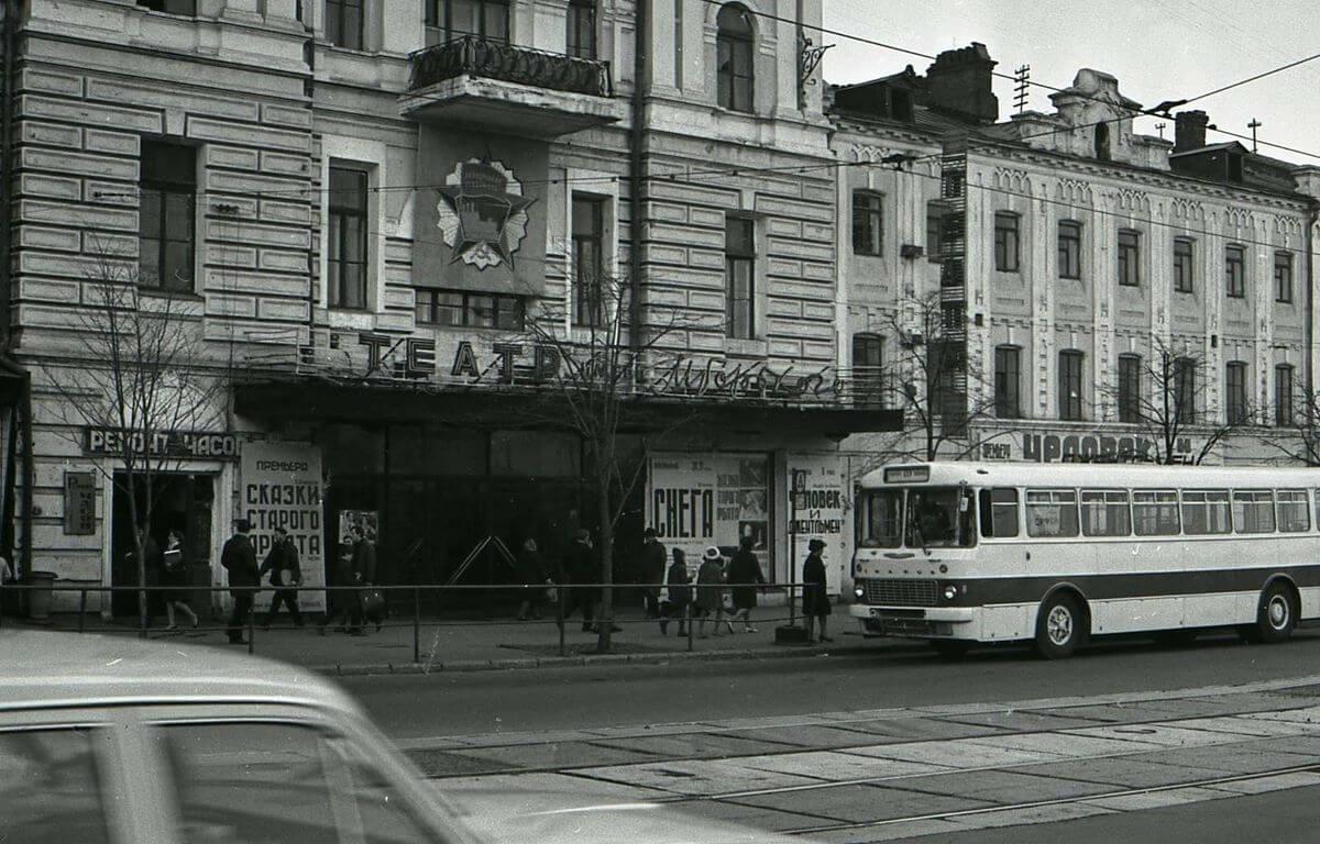 Здание краевого драматического театра имени М. Горького на улице Ленинская (Светланская). 1971 год.