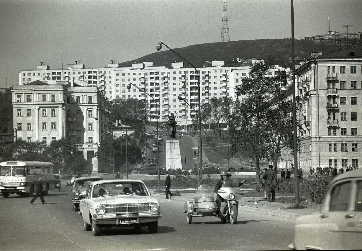 Памятник адмиралу С.О. Макарову на площади Луговая. 1971 год.