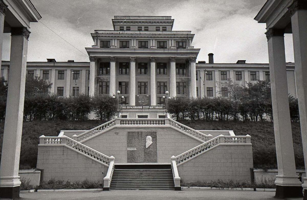 Центральная часть главного корпуса ТОВВМУ имени С.О. Макарова. 1972 год.
