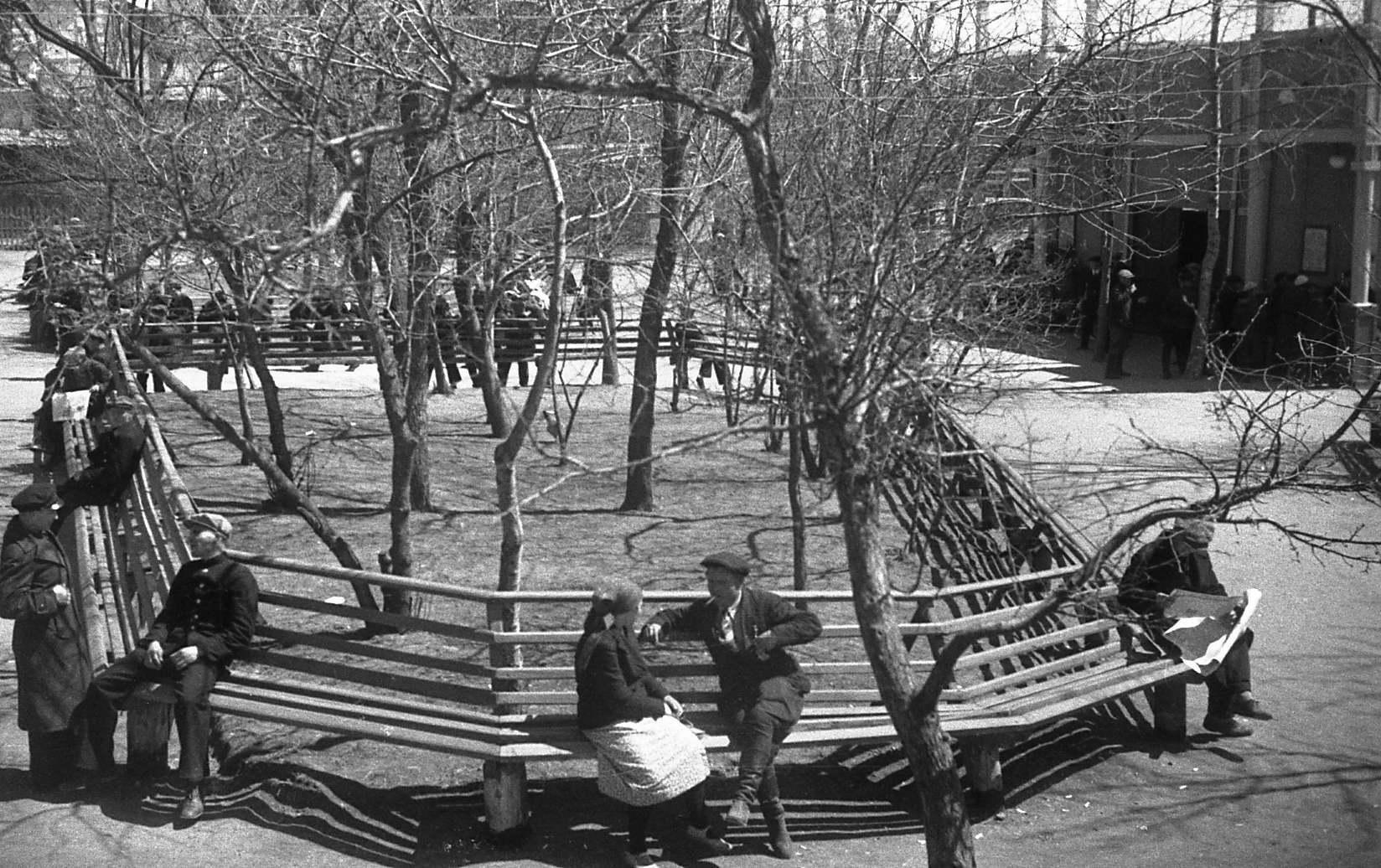 В сквере. 1935 год.