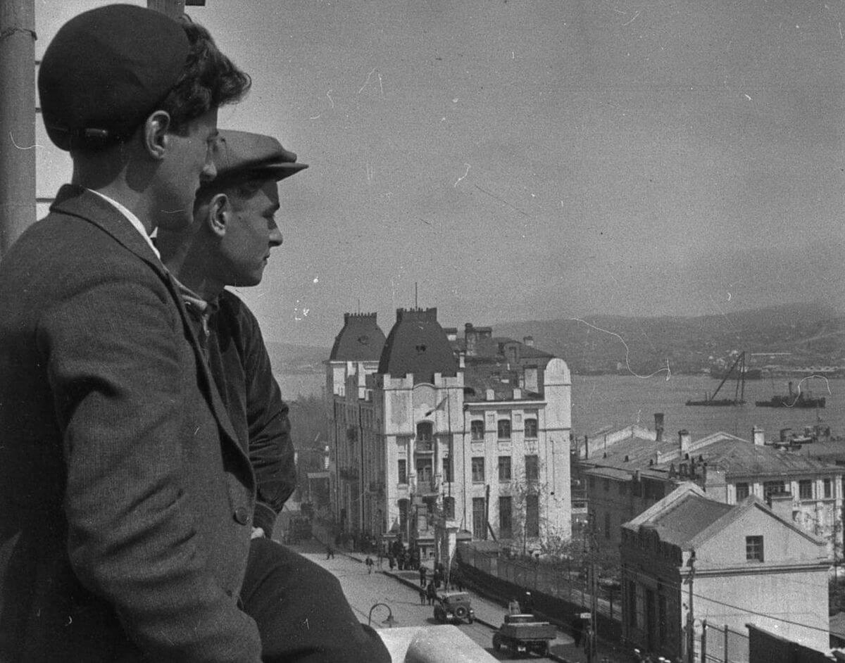 Улица Ленинская (Светланская). На балконе редакции газеты «Красное знамя». 1935 год.