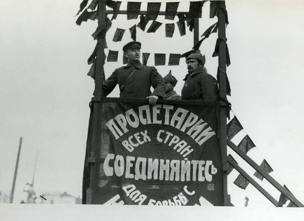 Фотография. Вступление войск НРА во Владивосток. Командующий НРА И.П.Уборевич на трибуне. Октябрь 1922 года.