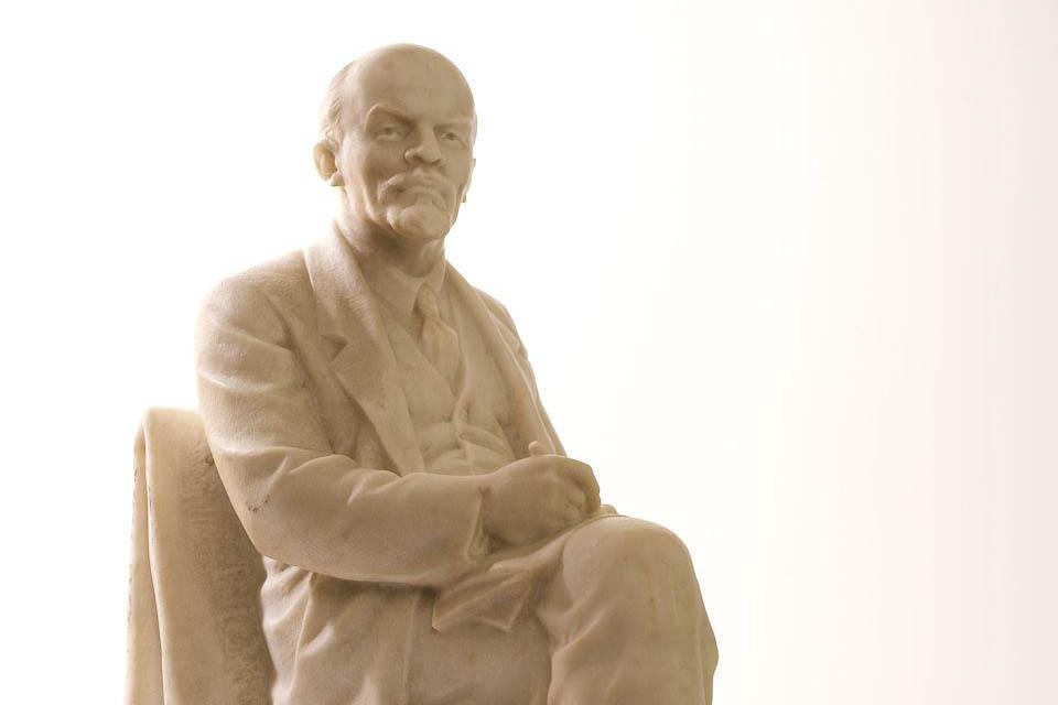 Б.В. Едунов. Скульптура «В.И. Ульянов (Ленин) за работой». СССР. 1950-е годы.<br /> Мрамор. Ручная работа.<br />